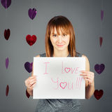 De mooie witte Kaukasische vrouw van het blonde rode haired meisje in studio met rode harten Stock Foto's