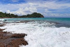 De mooie witte stranden op de paradijseilanden Seychellen fotographed op een zonnige dag stock foto's