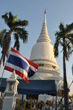 De mooie Witte Vlag van Stupa en van Thailand in Wat Pra Sri Mahatatu-tempel in Bangkok Thailand royalty-vrije stock afbeelding