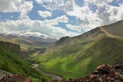 De mooie wolken van het berglandschap royalty-vrije stock afbeeldingen