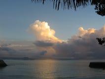 De mooie wolken van de strandzonsopgang bij Maldivian toevlucht royalty-vrije stock afbeeldingen
