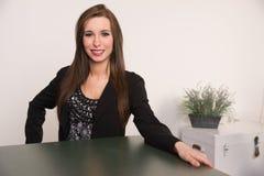 De mooie Zaal Vrouwen Aantrekkelijke Bedrijfs van Person Sits Across Desk Meeting Stock Afbeelding