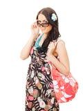 De mooie zak die van de meisjesholding zonnebril opstijgt royalty-vrije stock foto