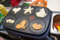 De mooie zoete pannekoeken bakt op een plaat Stock Foto