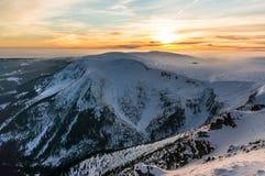 De mooie zonsondergang in bergen Stock Afbeelding