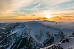 De mooie zonsondergang in bergen Stock Foto