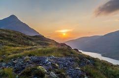 De mooie zonsondergang bij Loch leven in Schotland, Grote Brittain Stock Foto