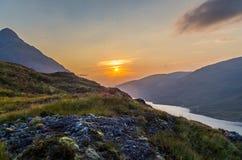 De mooie zonsondergang bij Loch leven in Schotland, Grote Brittain Stock Foto's
