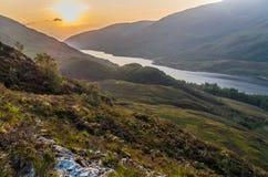 De mooie zonsondergang bij Loch leven in Schotland, Grote Brittain Stock Afbeeldingen