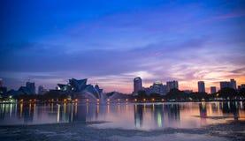 De mooie zonsondergang dichtbij het meer stak omhoog met Kuala Lumpur-stadslichten aan Stock Fotografie