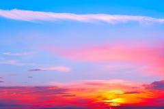 De mooie zonsondergang, steekt majestueuze wolken aan Stock Fotografie