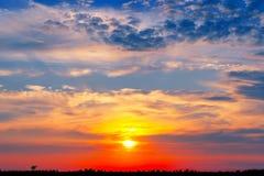 De mooie zonsondergang, steekt majestueuze wolken aan Stock Afbeeldingen