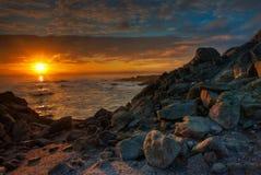 De mooie Zonsopgang van Californië over een Rotsachtig Strand Stock Foto