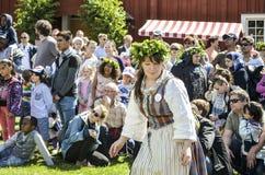 De mooie Zweedse gelukkige mens die kleurrijke verlofkroon dragen geniet van traditionele decoratie van medio de zomerdag met kle royalty-vrije stock foto's