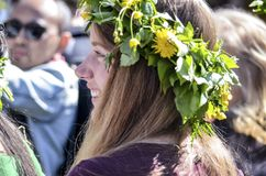De mooie Zweedse mensen en de vrouw genieten van medio de zomerdag dragend kroon die van bladeren in zonnige dag wordt gemaakt royalty-vrije stock foto's
