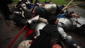 De moorde middeleeuwse ridders liggen op het slagveld stock video