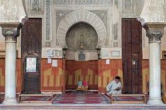 De moroccan muslimna läste boken i moskén Royaltyfri Bild