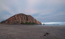 De Morrorots bij zonsopgang onder cumulus betrekt bij Morro-het Park van de Baaistaat het kamperen vlek op de Centrale Kust de V. stock fotografie