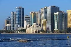 De moskee, Al Buhaira corniche en skyscrspers van Al Noor in Sharjah Royalty-vrije Stock Fotografie