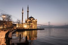 De Moskee van Buyukmecidiye in Ortakoy-District, Istanboel, Turkije royalty-vrije stock fotografie