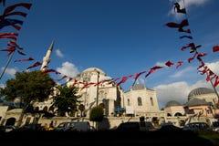 De Moskee van Istanboel - die met Turkse vlag wordt verfraaid stock afbeelding