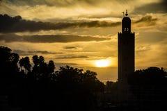 De moskee van Marrakech in silhouet bij zonsondergang in Marokko royalty-vrije stock afbeelding