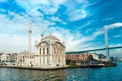 De moskee van Ortakoy en Bosphorus brug, Istanboel. Stock Foto