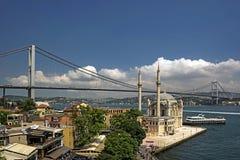 De Moskee van Ortakoy en Brug Bosphorus stock fotografie