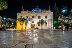 De Moskee van Ottomanevezir, die tegenwoordig de basiliek van St Titus in de avond lichten, Heraklion, Kreta werd royalty-vrije stock afbeelding
