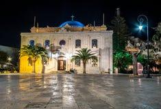 De Moskee van Ottomanevezir, die tegenwoordig de basiliek van St Titus in de avond lichten, Heraklion, Kreta werd stock afbeeldingen