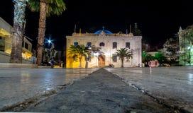 De Moskee van Ottomanevezir, die tegenwoordig de basiliek van St Titus in de avond lichten, Heraklion, Kreta werd royalty-vrije stock fotografie