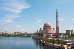 De Moskee van Putra in Putrajaya Stock Afbeeldingen