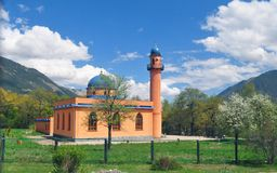 De moskeebouw in Rusland, de Kaukasus onder het groen stock foto's