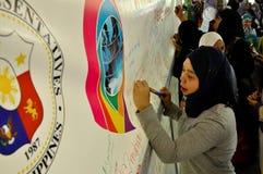 De moslim en niet moslimvrouwen worden verzocht om Hijab (sluier) voor een dag te dragen om godsdienstig tolerantie en begrip van  Stock Afbeeldingen