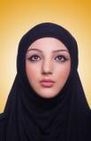 De moslim jonge vrouw die hijab op wit dragen Stock Fotografie