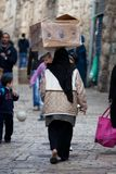 De moslim vrouw draagt doos op haar hoofd Royalty-vrije Stock Fotografie