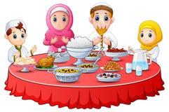 De moslimfamilie bidt samen vóór onderbreking het vasten royalty-vrije illustratie