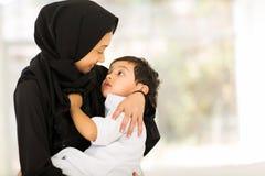 De moslimjongen van de moederbaby Stock Foto's