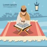 De moslimmens bidt Open Koran Ramadan Kareem Religion Holy Month Stock Afbeelding