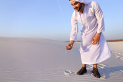 De moslimmens ontwikkelt zand langs wind en status in midden van DE Royalty-vrije Stock Fotografie