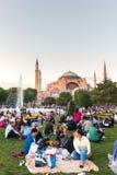 De moslimmensen die vasten wachten op adhan ezan stock foto