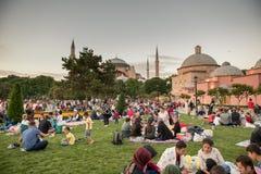 De moslimmensen die vasten wachten op adhan ezan stock afbeeldingen