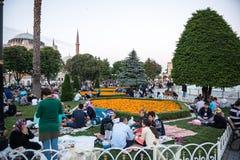 De moslimmensen die vasten wachten op adhan ezan stock afbeelding