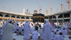 De moslimpelgrims bidden en circumambulate Kaaba stock videobeelden