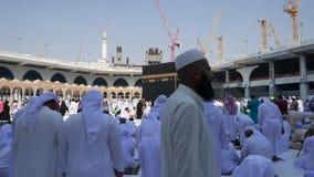 De moslimpelgrims bidden en circumambulate Kaaba stock video