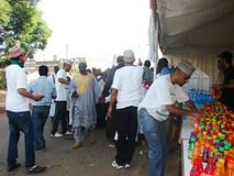De moslimvrijwilligers verdelen sap Stock Foto