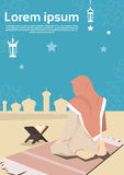 De moslimvrouw bidt Koran Ramadan Kareem Mosque Religion Holy Month Stock Afbeelding