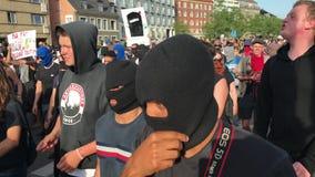 De moslimvrouwen en hundrets van andere mensen protesteren bij demonstratie tegen de Deense wetgeving die het gebruik van traditi stock video