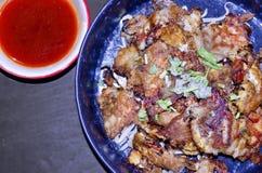 De mosselen frieds met pasley van het de spruitbovenste laagje van de eiboon doorbladert met Spaanse pepersaus Royalty-vrije Stock Afbeelding