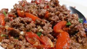 De motie van beweegt gebraden gerecht kruidig rundvlees met stoom op lijst stock videobeelden